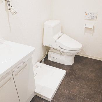 脱衣所は洗面台/洗濯パン/トイレの3点セット。突っ張り棒とカーテンでトイレだけ仕切ることもできそうです。