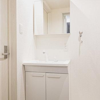 鏡が分離したタイプのオシャレな洗面台で朝の身支度を。
