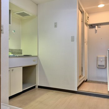 お部屋を出ると洗濯機置場があります。