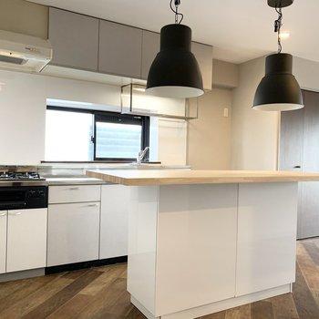 リビングより、キッチン。(white)