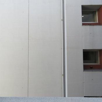 んんー。お隣の建物の壁ですね
