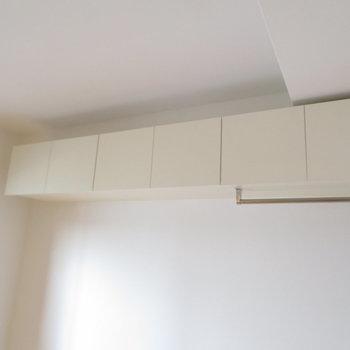 お部屋の上部に収納があります