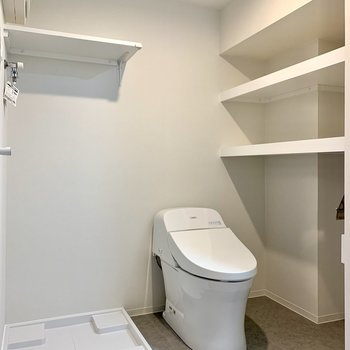 洗濯機置場とトイレは隣り合っています