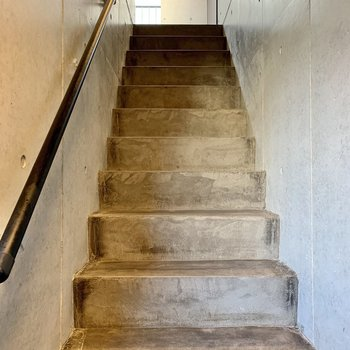階段幅はちょっと狭め。大きい荷物のときは少し注意です