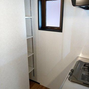 キッチン後ろの収納には備蓄の食品や食器を置いても◎換気の窓も助かる♪