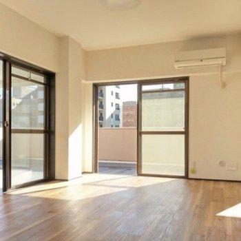 2面窓から光がたっぷり射し込む洋室。