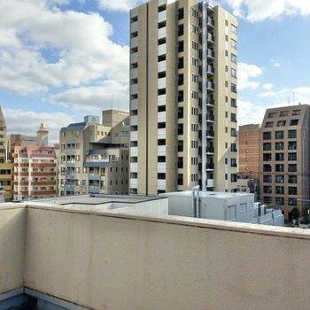 平尾の街を一望!ビルからのぞく青空が綺麗。
