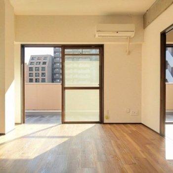 このひだまり落ち着く…床の色もいいな。お隣の洋室へ。