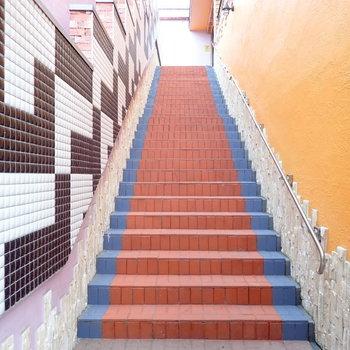 異次元へ誘われること間違いなしの階段。