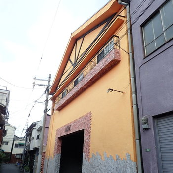 住宅街の中に「!!!!」となる建物です。