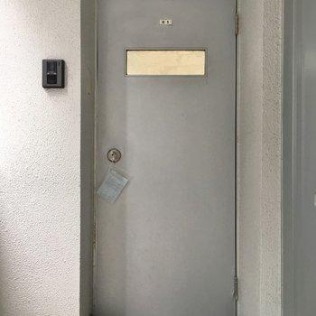 玄関ドアかなりレトロ。ギャップが◎※写真は同タイプの別室。