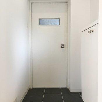 玄関もシンプルでいい!※写真は同タイプの別室。