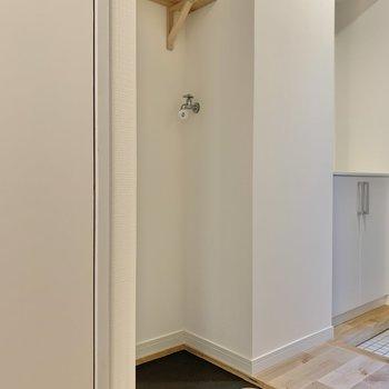 トイレ横に洗濯機置き場があります。※写真はクリーニング前