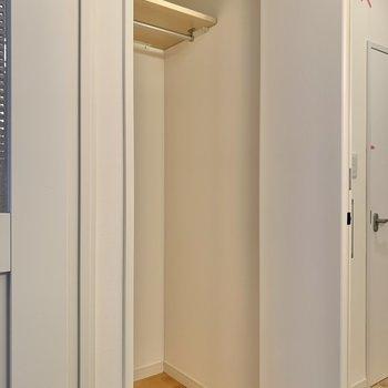 洋室を出るとすぐある収納スペース。※写真はクリーニング前