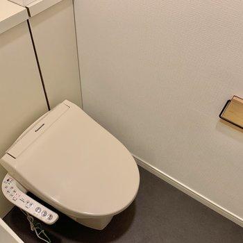 温水洗浄便座付きのトイレ。※写真はクリーニング前