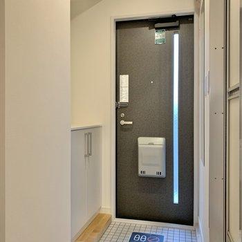 ゆったりとした玄関。※写真はクリーニング前