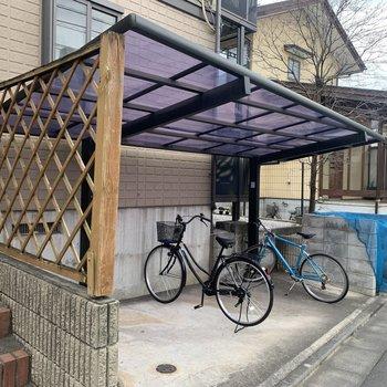 自転車置き場と、その横にごみ置き場があります。