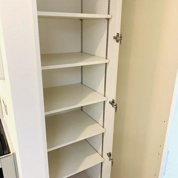 脱衣所にも収納があり、バスグッズからスキンケアグッズから何でも入ります!