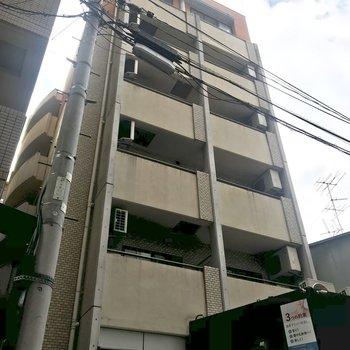車の通りからひとつ筋を入ったところにある建物。一階にはマッサージ店が。