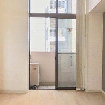 【洋室6帖】窓も縦に長いので光がよく入ります。ブラインドつき。