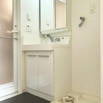 キッチン向かいに洗面脱衣所があります。コンパクト。