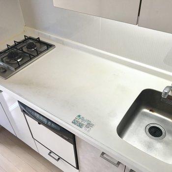 食洗機つきのシステムキッチン。シンクが小さいぶん、調理スペースは余裕たっぷり。