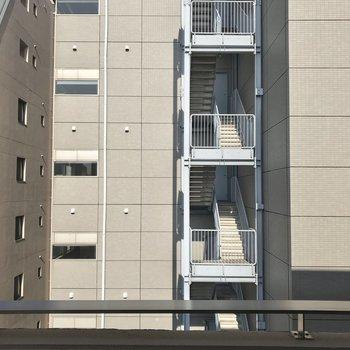 眺望は右にマンション、左にマンションでした。