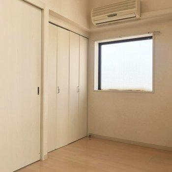 【洋室6帖】窓がもうひとつ。こちらはフィックス窓なので採光専用。