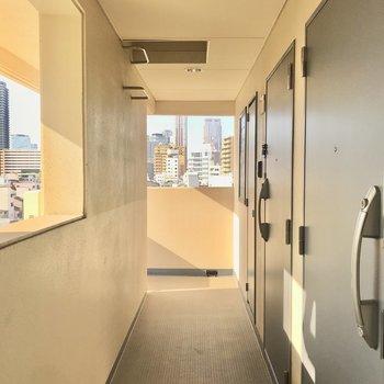 【共用部】廊下は狭めですが、外との一体感があります。