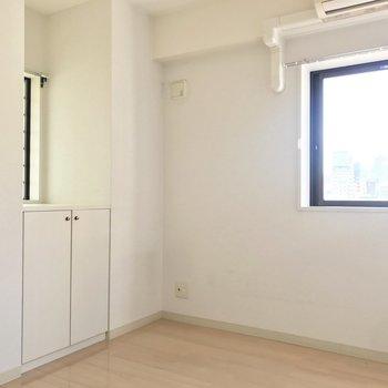 【洋室4.5帖】玄関近くのこぢんまりしたお部屋。寝室に。