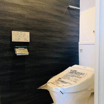 少し和風テイストの真っ黒な壁も、ステキなお部屋にマッチしています。上部に収納アリ!
