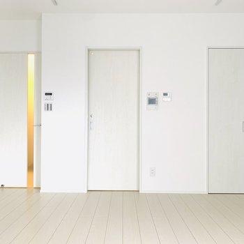 真ん中の扉は水回り、右の扉は収納に。
