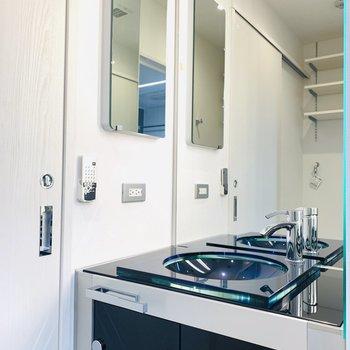 まあるいボウルに鏡張りな洗面所。