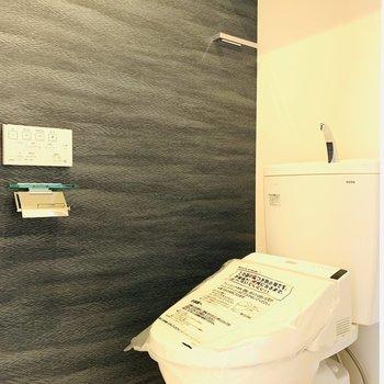 上部には棚も有り、ウォシュレット付きのトイレ。