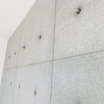 コンクリの壁にはハンガーなどを掛けられる仕掛けも。