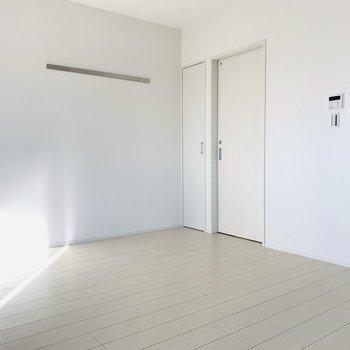 真っ白なお部屋は開放感が半端じゃない。
