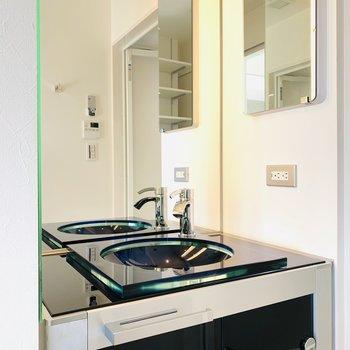 黒のボウルに鏡張りの洗面所は美意識を高めてくれそう。