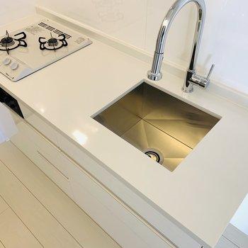 コンロの白でシンクは真四角。なんてデザイン性の高いキッチンなの!