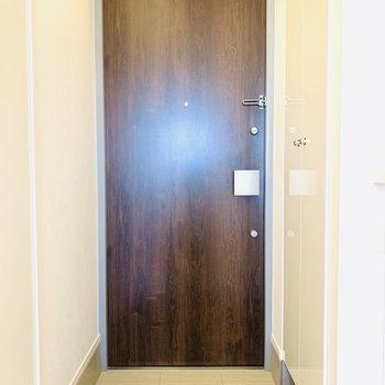 ウッド調の玄関扉がおしゃれですね。