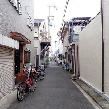 周辺は下町っぽい雰囲気です。※写真と文章は別部屋・類似間取りのものです。