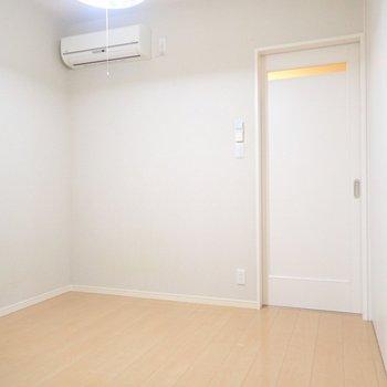 洋室へ。こちらはコンパクト。窓がないので電気がないと暗いかな。※写真と文章は別部屋・類似間取りのものです。
