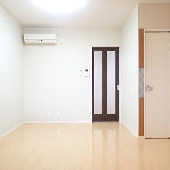 右側の扉はトイレです!※写真と文章は別部屋・類似間取りのものです。
