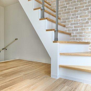 奥の階段が玄関へ向かう階段。手前の白い階段がロフトへ向かう階段です。