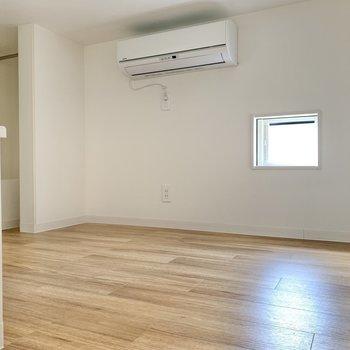 ロフト階段側から。小窓も収納もりますよ〜!ここは寝床になりそうですね!