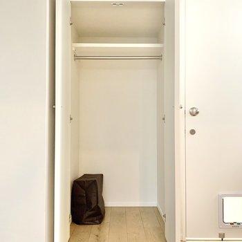 丈の長い服も掛けられる収納です※写真は3階の同間取り別部屋のものです