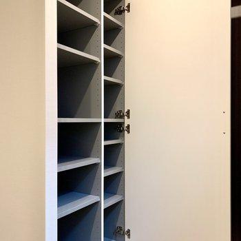 シューズボックスは棚の高さが変えられますよ※写真は3階の同間取り別部屋のものです