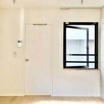 シングルベッドなら、スペースの余裕が増えそうです※写真は3階の同間取り別部屋のものです