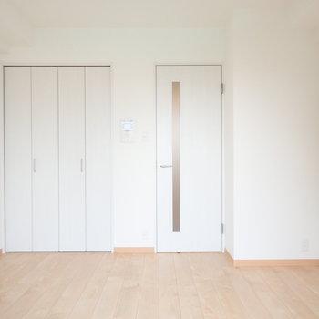 床が木調で爽やかです。※写真は同間取り別部屋のものです