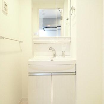 洗面台も白くて美しい…※写真は同間取り別部屋のものです