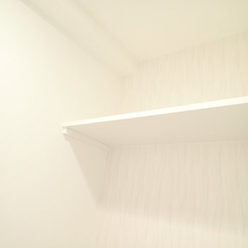 上にはペーパー置きがあります。※写真は同間取り別部屋のものです